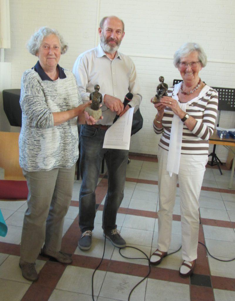 Mary de Roos en Piet Pons (links) slemkampioenen en 2de plaats in competitie.